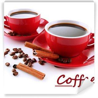 Papier Peint Vinyle Tasses rouges de grains de café et café forts isolés sur fond blanc
