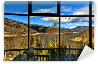 Papier Peint Vinyle Une baie vitrée avec vue sur lac de montagne