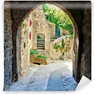 Papier Peint Vinyle Voir à travers une voûte médiévale dans un village en Provence, France