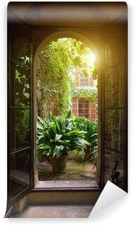 Papier Peint Vinyle Vue de la fenêtre ouverte sur le jardin.