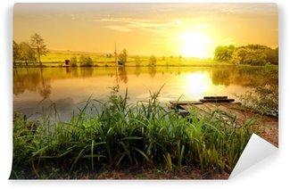 Keltainen auringonlasku lampilla Pesunkestävä Valokuvatapetti