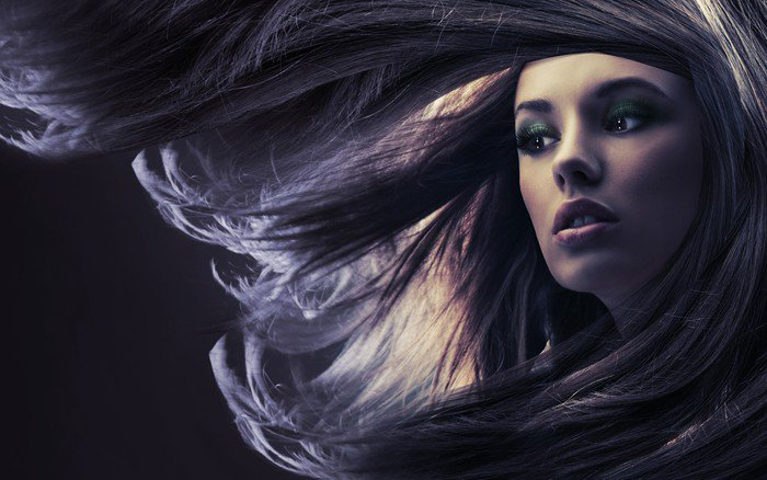 Fototapeta Vinylowa Piękna pani z długimi brązowymi włosami, w świetle księżyca - Tematy