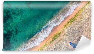 Pixerstick Fototapet Flygfoto över havsvågor och sand på stranden