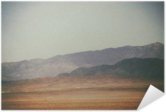 Plakát Bergspitzen und Bergketten in der Wüste / Spitze vrchol und Bergketten Rauer dunkler sowie hellerer Berge in der Mojave Wüste in der Nähe der Death Valley Kreuzung.