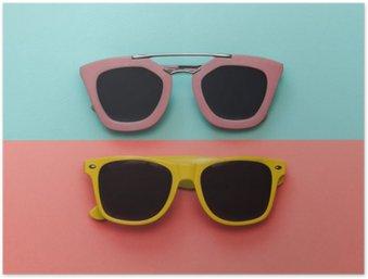 Plakát Byt Dispozice módní set: dvě sluneční brýle na pastelové pozadí. Pohled shora.