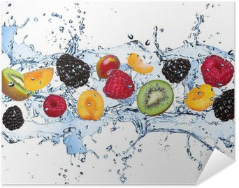 Plakát Čerstvé ovoce v stříkající vodě, izolovaných na bílém pozadí