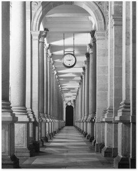 Plakát Dlouhé colonnafe chodba se sloupy a hodiny visící ze stropu. Klášter perspektiva. , Černý a bílý obraz.