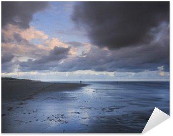 Plakát Dlouhé fotografie expozice profesionálního fotografa v akci na krásné pláži uprostřed bouře při západu slunce.