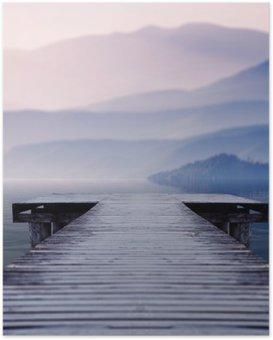 Plakát Dřevěné molo na jezeře místě naproti krásné horské na misty zimní ráno
