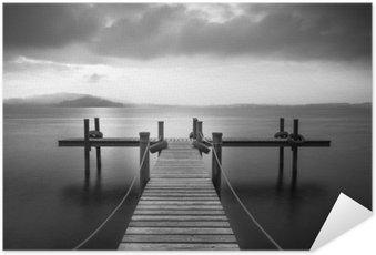 Plakát Dřevěné molo na jezeře Zug, Švýcarsko. Dlouhé expozice. Černý a bílý.