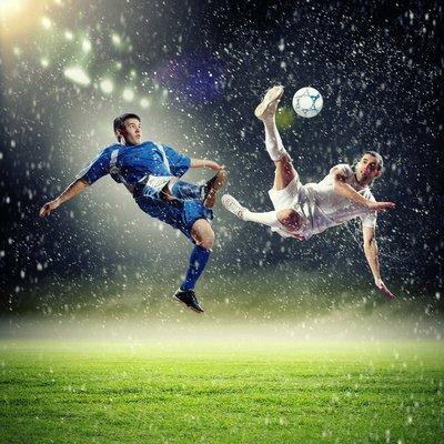 Plakát Dvě fotbalová hráči dopadají míče