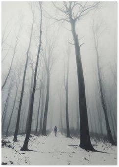 Plakat HD Człowiek w lesie z wysokich drzew w zimie