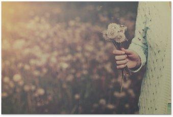 Plakat HD Kobieta z bukietem kwiatów mniszka lekarskiego w ręku