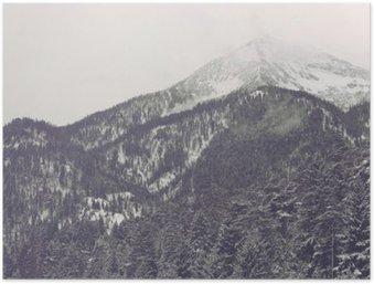 Plakát HD Mraky se pohybuje přes vzdálený vrchol hory