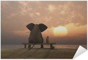 Plakat HD Słoń i pies siedzieć na plaży latem