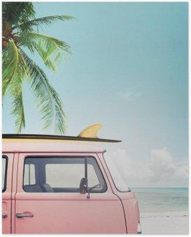 Plakat HD Vintage samochód zaparkowany na tropikalnej plaży (morze) z deski surfingowej na dachu