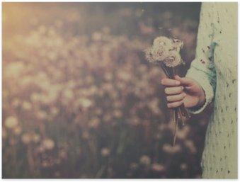 Plakát HD Žena s partou pampeliška květiny v ruce