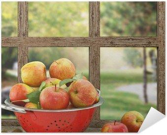 Plakát Jablka v cedníku na dřevěné okna s výhledem na