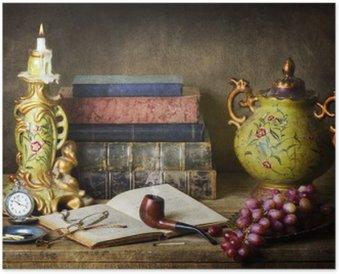 Plakát Klasické zátiší s starožitností, vintage knihy, staré potrubí, brýle, kapesní hodinky a hrozny na rustikální dřevěný stůl.