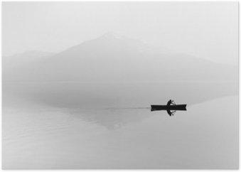 Plakat Mgła nad jeziorem. Sylwetka górami w tle. Mężczyzna pływa w łodzi z wiosła. Czarny i biały