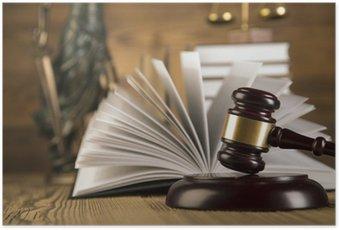 Plakat Pani sprawiedliwości, drewniany młotek i złota i książki na drewnianym stole
