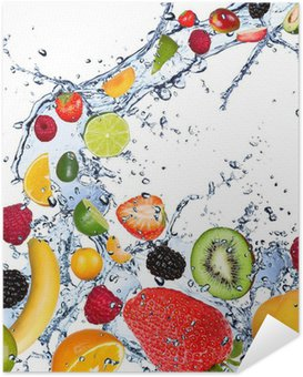 Plakát Plody spadající do stříkající vodě, izolovaných na bílém pozadí
