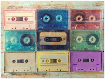 Plakát Pohled shora (viz výše) záběr retro kazety s páskou na dřevěném stole - vintage barevné styly efekt.