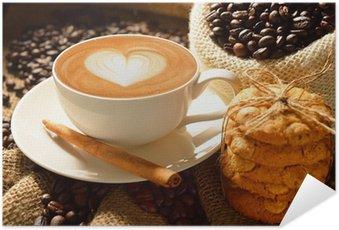 Plakát Šálek café latte s kávových zrn a sušenky