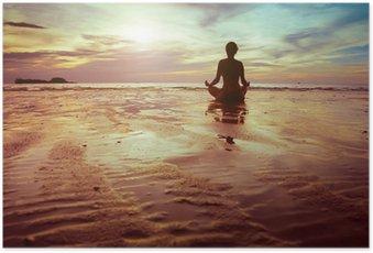 Plakat Sport i fitness, sylwetka kobieta medytacji na plaży