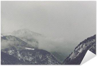 Plakát Temné mraky tyčící se nad horou