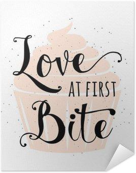 Plakát Typografie Food související citace s košíčky, ručně tažené nápisy textového znamení sloganu láska na první kousnutí. Fun pekárna poutač, plakát, přání, plakát kreativní design izolovaných na vintafe, retro pozadí
