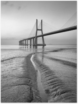 Plakát Vasco da Gama most v černé a bílé, svítání Lisabonu
