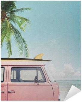 Plakát Vintage auto zaparkované na tropické pláži (moře) s surf na střeše