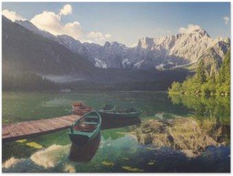 Plakát Vysokohorské jezero za svítání, krásně osvětlené hory, retro barvy, vintage__