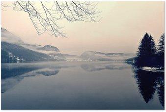 Plakát Zasněžené zimní krajiny na jezeře v černé a bílé. Monochromatický obraz filtrován retro, vintage stylu s měkkým zaměřením, červeným filtrem a některé hluku; nostalgické pojetí zimy. Jezero Bohinj, Slovinsko.