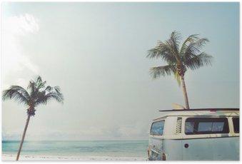 Poster Auto d'epoca parcheggiata sulla spiaggia tropicale (mare), con una tavola da surf sul tetto - viaggio di piacere in estate