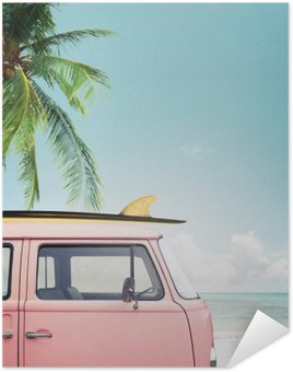 Poster Autoadesivo Auto d'epoca parcheggiata sulla spiaggia tropicale (mare), con una tavola da surf sul tetto