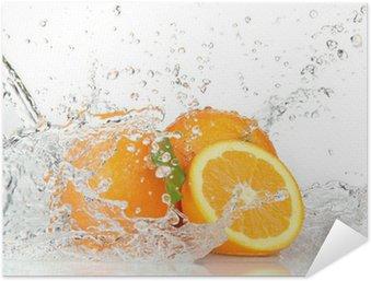 Poster Autoadesivo Frutti arancioni con spruzzi di acqua