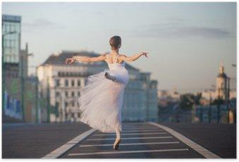 Poster Ballerina tanzt im Zentrum von Moskau am Morgen