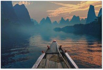 Poster Ein Boot in einem Fluss bei Sonnenuntergang reiten neben einem schönen Berg