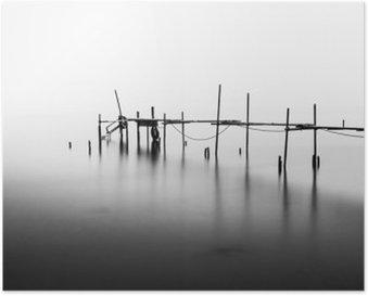 Poster Eine Langzeitbelichtung eines zerstörten Pier in der Mitte der Sea.Processed in B