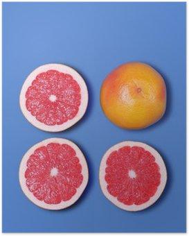 Poster Minimal-Design. Frische Grapefruit auf einem blauen Hintergrund