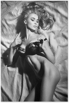 Poster Ritratto di sensuale signora bionda che dorme in posa sexy.