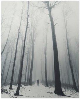 Poster Uomo nella foresta con alberi ad alto fusto in inverno
