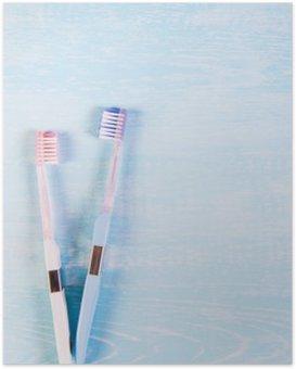 Poster Zwei Zahnbürsten und Kamillenblüten auf einem hellen Hintergrund. Das Konzept der Naturkosmetik für die Gesundheit. Du mich. Blick von oben