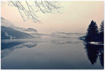 Póster em HD Paisagem nevado do inverno no lago em preto e branco. imagem monocromática filtrada no retro, vintage estilo com foco macio, filtro vermelho e algum ruído; conceito nostálgica de inverno. Lake Bohinj, Slovenia.
