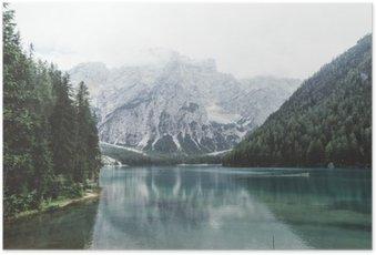 Póster Lago Braies com água verde e montanhas com trees__
