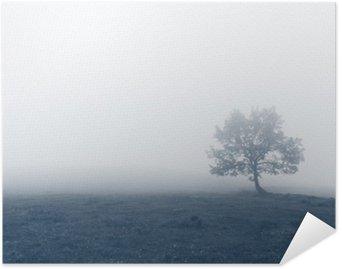 Póster Árbol solitario con niebla