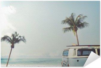 Poster Autocollant Vintage voiture stationnée sur la plage tropicale (bord de mer) avec une planche de surf sur le toit - voyage de loisirs en été