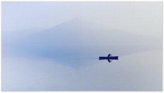 Poster Brouillard sur le lac. Silhouette de montagnes en arrière-plan. L'homme flotte dans un bateau avec une pagaie.